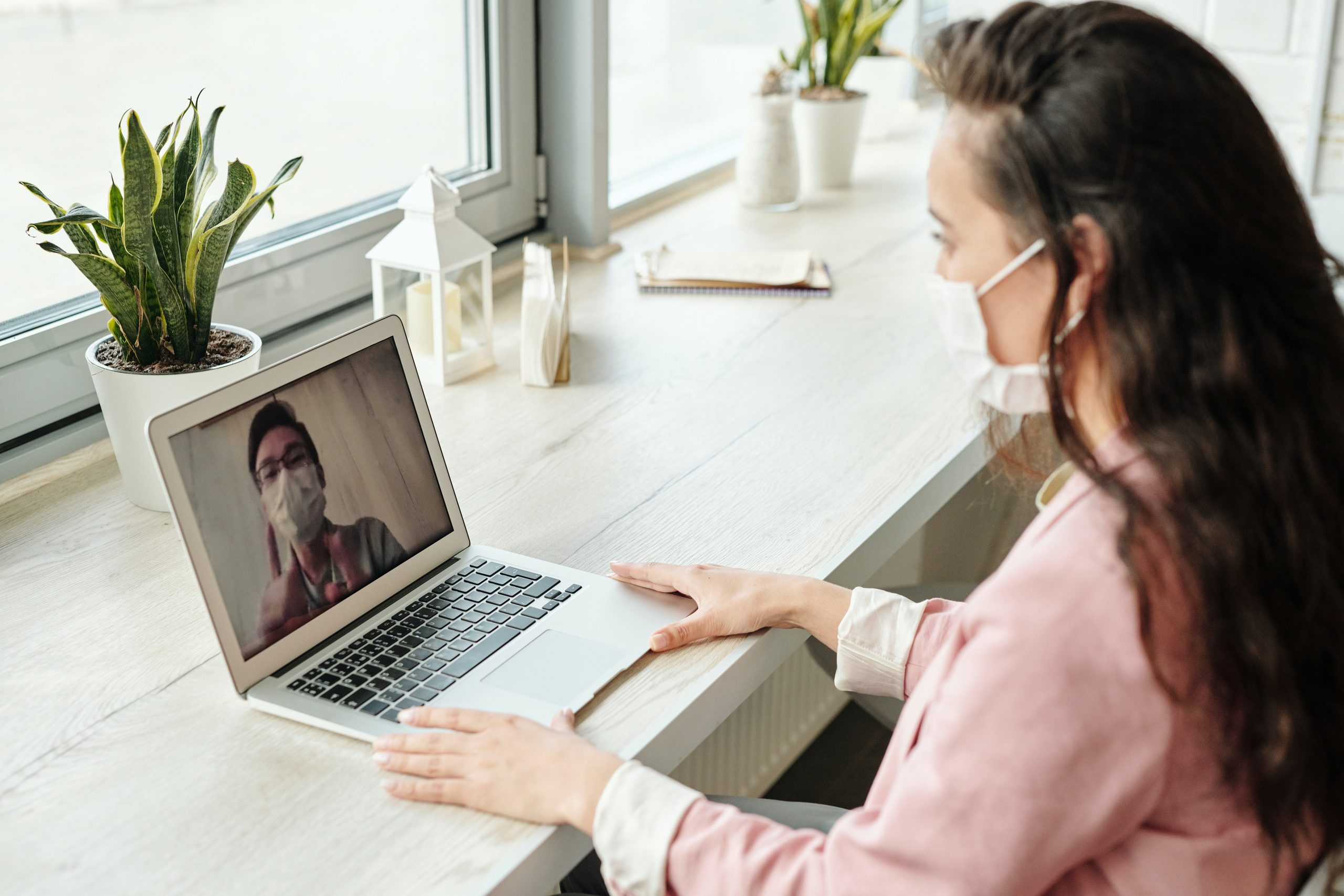 Cancer patient receiving second opinion cancer treatment with an Oncologist over video call